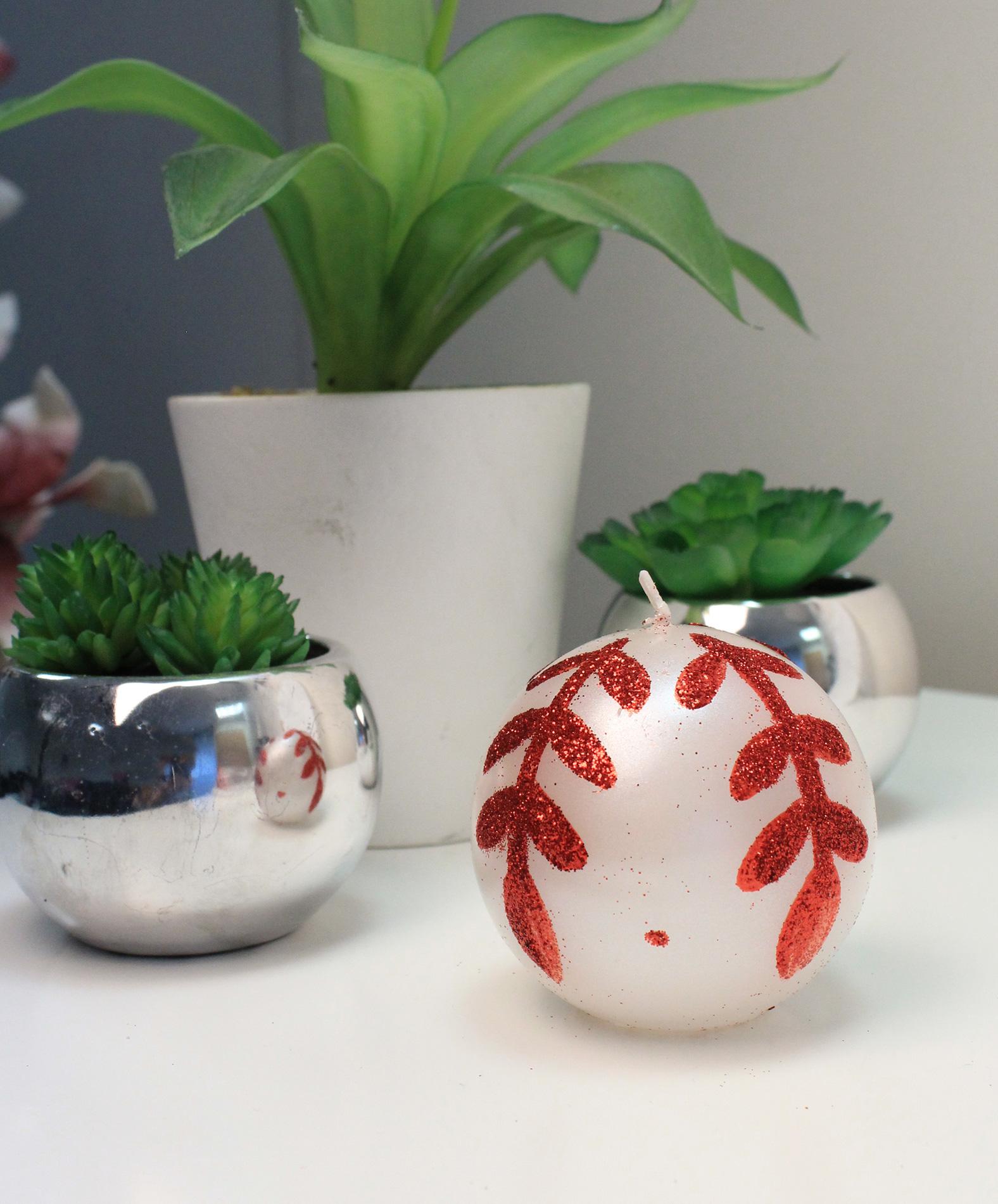 bougie ronde blanche motif feuilles d coration anniversaire et f tes th me sur vegaoo party. Black Bedroom Furniture Sets. Home Design Ideas